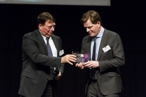 Miel Horsten (à droite sur la photo) reçoit le trophée de CEO de l'année.